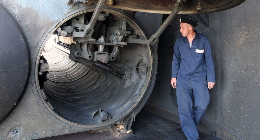 Wojskowy obok silosu małego okrętu rakietowego Gejzer