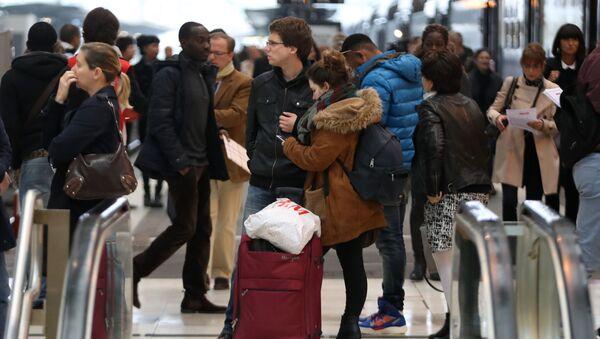 Pasażerowie na Dworcu Lyońskim w Paryżu podczas strajku kolejarzy - Sputnik Polska