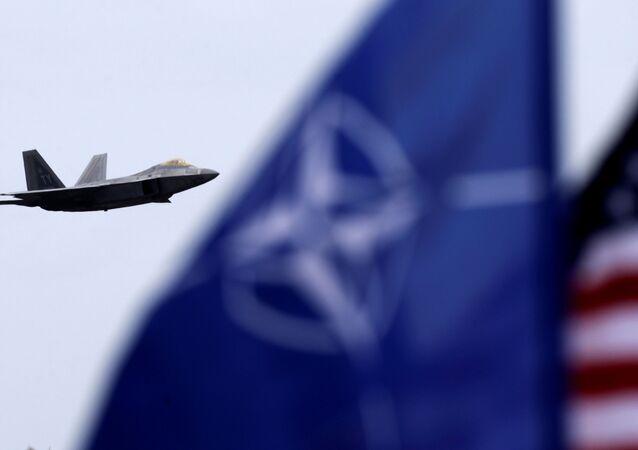 Myśliwiec F-22 Raptor i flaga NATO