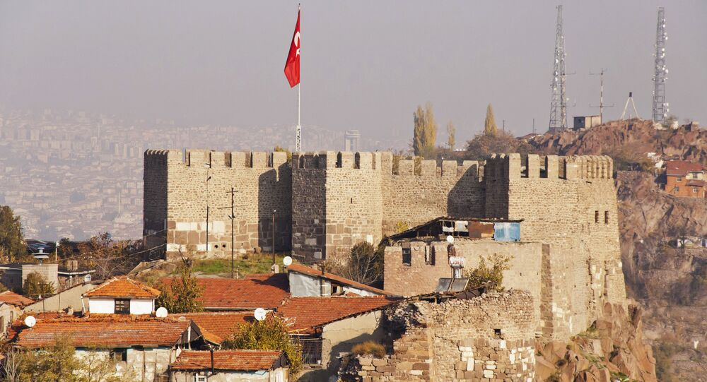 Widok na twierdzę w Ankarze z turecką flagą
