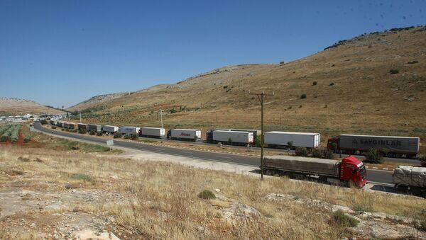 Ciężarówki w pobliżu turecko-syryjskiej granicy - Sputnik Polska