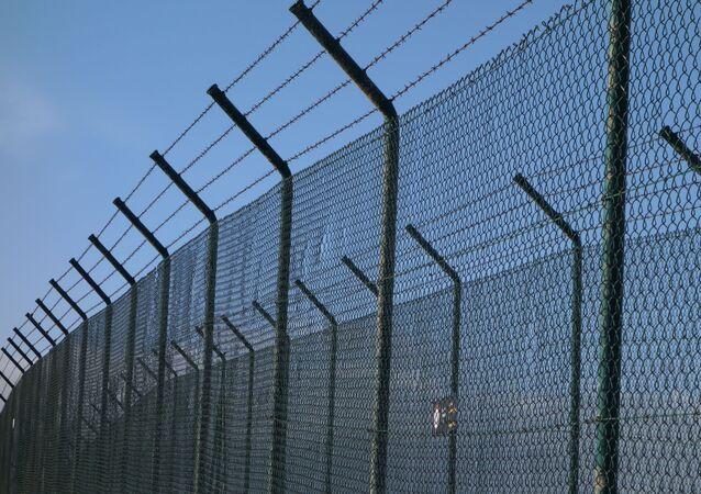 Więzienne ogrodzenie z drutem kolczastym