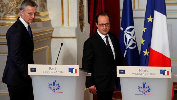 Prezydent Francji François Hollande i sekretarz generalny NATO Jens Stoltenberg w Paryżu - Sputnik Polska