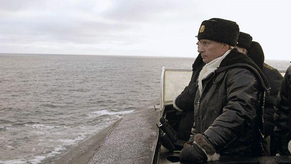 """Prezydent Rosji Władimir Putin obserwuje przebieg manewrów Floty Północnej w pokładu ciężkiego rakietowego krążownika podwodnego o znaczeniu strategicznym """"Archangielsk"""". - Sputnik Polska"""