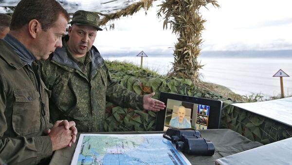 Rosyjski premier Dmitrij Miedwiediew w czasie wizytacji na wyspie Iturup na Kurylach - Sputnik Polska
