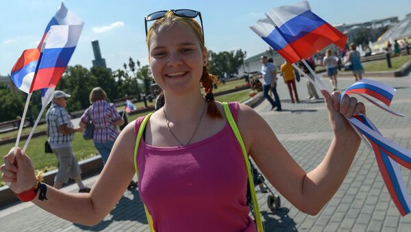 Dziewczyna trzymająca rosyjskie flagi - Sputnik Polska