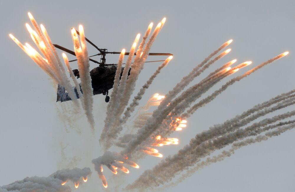"""Śmigłowiec bojowy Ka-52 """"Aligator"""" podczas ogólnorosyjskiego etapu międzynarodowych zawodów lotniczych Aviadarts-2016."""