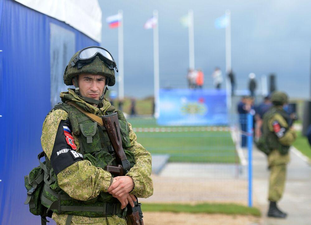 Żołnierze podczas ogólnorosyjskiego etapu międzynarodowych zawodów lotniczych Aviadarts-2016 na poligonie doświadczalnym Czauda Sił Powietrzno-Kosmicznych Rosji pod Teodozją na Krymie.