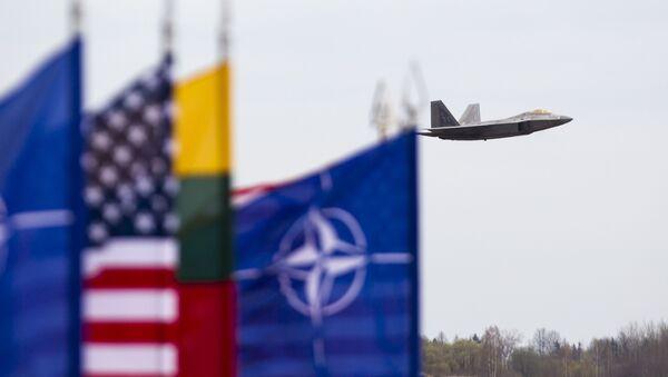 Amerykański myśliwiec F-22 Raptor na litewskiej bazie lotniczej w Siauliai - Sputnik Polska