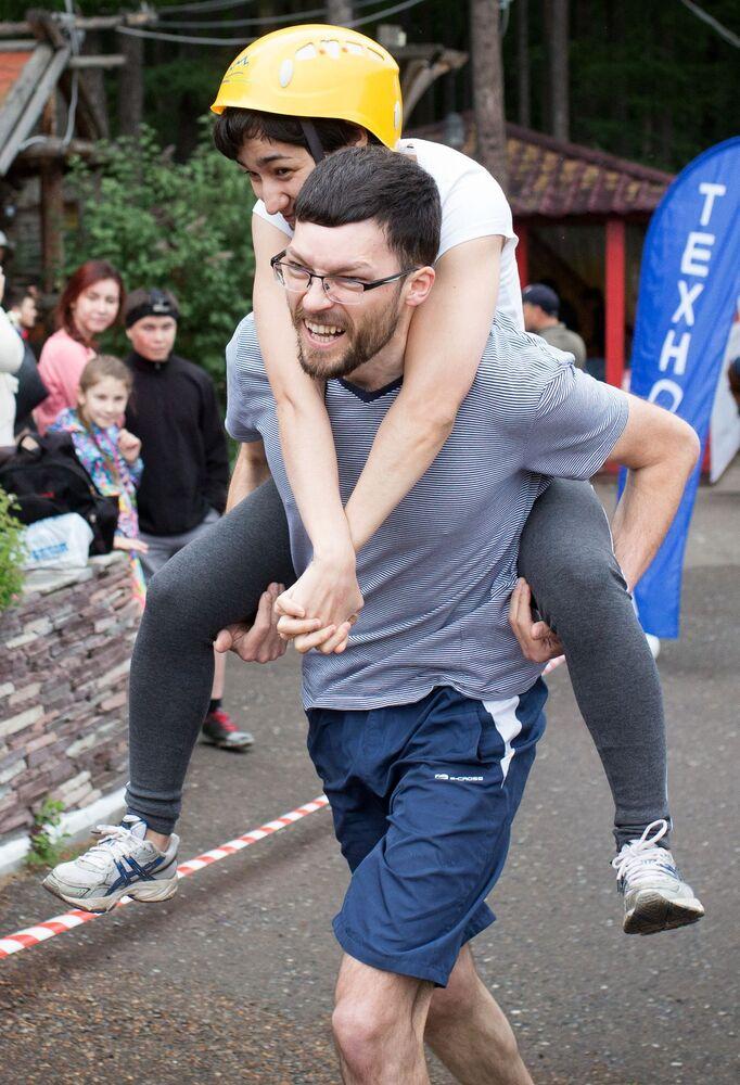 Uczestnicy Mistrzostw w Noszeniu Żon w Ufie.