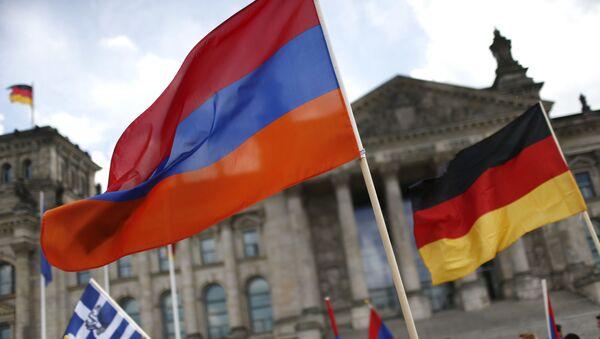Ormiański i niemiecki flagi na tle Reichstagu w Berlinie - Sputnik Polska