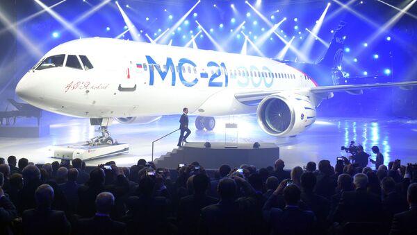 """Premier Rosji Dmitrij Miedwiediew podczas ceremonii prezentacji samolotu MS-21-300 w irkuckiej korporacji lotniczej """"Irkut"""" - Sputnik Polska"""