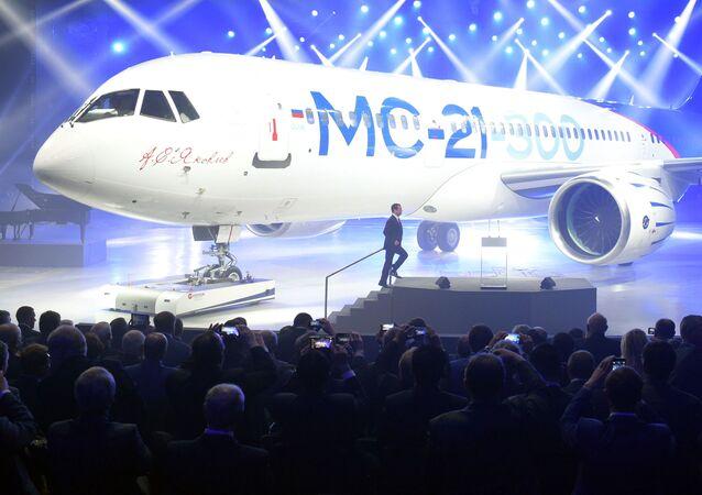 """Premier Rosji Dmitrij Miedwiediew podczas ceremonii prezentacji samolotu MS-21-300 w irkuckiej korporacji lotniczej """"Irkut"""""""