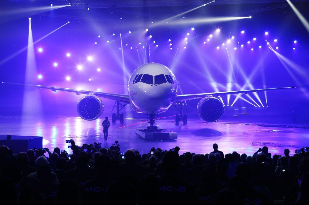 Znacznie wydłużone kompozytowe skrzydło, zwiększona średnica kadłuba, silniki oraz systemy najnowszej generacji mogą obniżyć koszty operacyjne, poprawić komfort pasażerów i spełnić wymogi perspektywicznych norm odnośnie oddziaływania na środowisko.