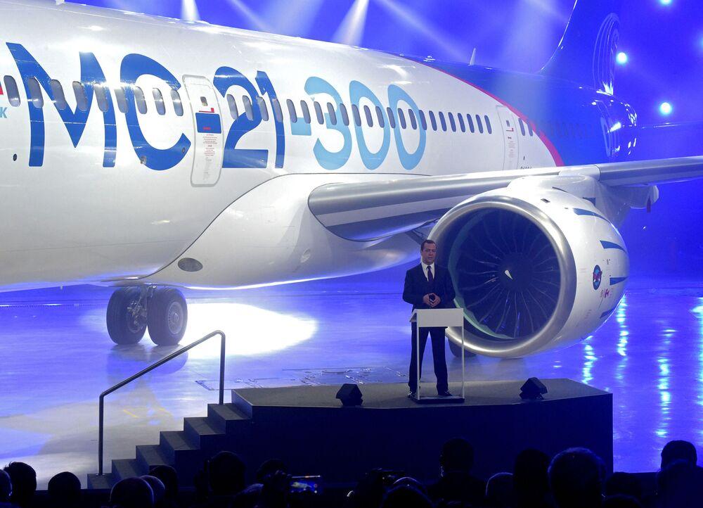 Pierwszy lot MS-21-300 odbędzie się po wynikach testów naziemnych na stacji prób lotniczych, jest on planowany na grudzień 2016-luty 2017 roku.