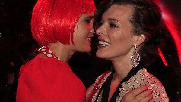 Модель Наталья Водяновая и актриса Милла Йовович на Fashion's Night Out-2012 под эгидой журнала Vogue в ЦУМе - Sputnik Polska