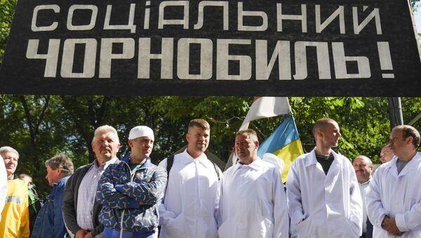 Pracownicy czarnobylskiej strefy wykluczenia pikietują siedzibę ukraińskiego rządu - Sputnik Polska