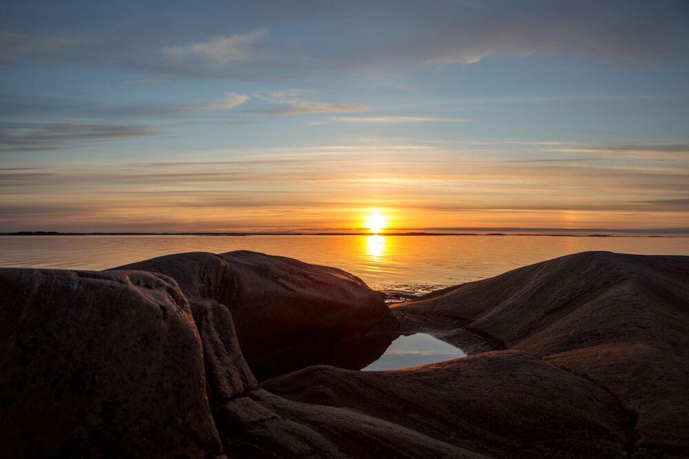 Wybrzeże Morza Białego zajmuje część terytorium Karelii. Ludzie pojawili się tutaj praktycznie zaraz po tym, jak ustąpił ostatni lodowiec. W tym rejonie osiedlili się przodkowie Saamów i migranci z karelskich plemion. Od dawien dawna życie tutaj było nierozerwalnie związane z morzem, które stanowiło główne źródło zarobku mieszkańców.