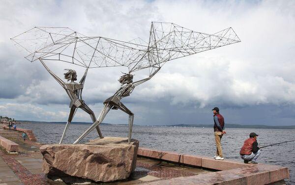 """Bulwar przy jeziorze Onega w Pietrozawodzku zdobi grupa rzeźb """"Rybacy"""". Przedstawia ona dwóch rybaków, którzy zarzucają sieci w jezioro. Kompozycja przyjechała do Pietrozawodzka z amerykańskiego miasta partnerskiego Duluta (stan Minnesota). Autor dzieła Rafael Consuegro, który osobiście brał udział w montowaniu rzeźby w Karelii, chciał przedstawić w ten sposób przyjaźń pomiędzy dwoma miastami – oto dwóch rybaków – karelski i amerykański – zajmuje się wspólną pracą. - Sputnik Polska"""