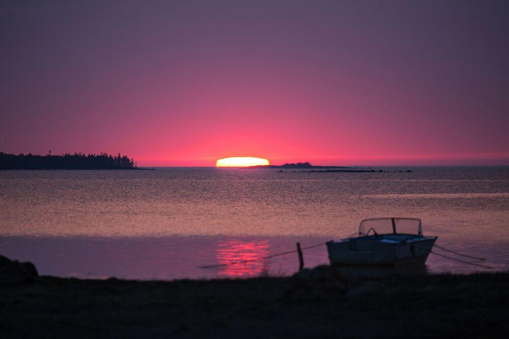 Bez względu na północne położenie Karelii jej klimat jest o wiele łagodniejszy niż w innych regionach leżących na tej samej szerokości geograficznej. Tłumaczone jest to bliskością mórz: Białego, Barentsa i Bałtyckiego. Najzimniejszy miesiąc roku to styczeń, wtedy temperatura powietrza może osiągać -12-13 stopni Celsjusza, a najcieplejszym miesiącem jest lipiec z temperaturą +16 - +17 stopni.