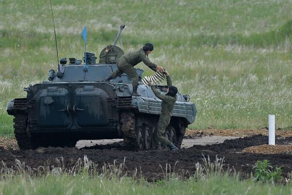 W tym roku w biathlonie czołgów brała udział rekordowa liczba załóg. One reprezentują wszystkie cztery okręgi wojskowe Rosyjskich Sił Zbrojnych, a także Wojska Powietrzno-Desantowe, Flotę Pacyficzną i Moskiewski Ogólnowojskowy Instytut Wojskowy. - Sputnik Polska