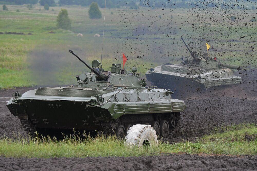 Załoga czołgów musi pokonać dziewięć przeszkód: odcinek manewrowania, most, skarpę, ścieżkę ognia, pole minowe, kopiec, zbocze, bród i rów przeciwczołgowy.