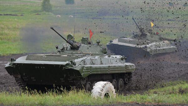Załoga czołgów musi pokonać dziewięć przeszkód: odcinek manewrowania, most, skarpę, ścieżkę ognia, pole minowe, kopiec, zbocze, bród i rów przeciwczołgowy. - Sputnik Polska