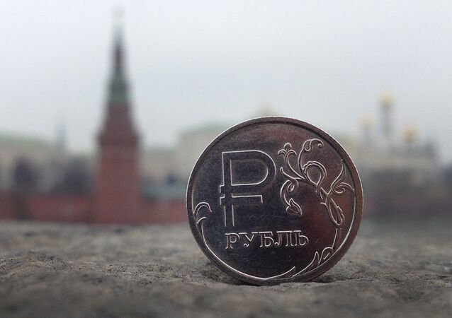 Rosyjski rubel na tle Kremla