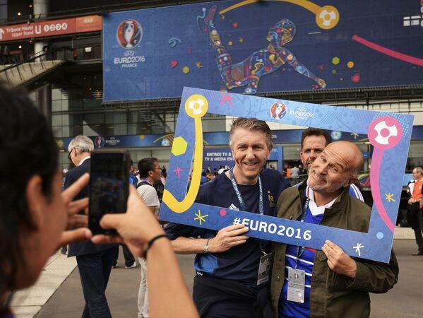 Francuscy kibice podczas ceremonii otwarcia Mistrzostw Europy w Piłce Nożnej we Francji - Sputnik Polska