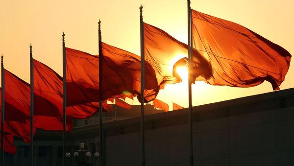 Chińskie flagi o świcie - Sputnik Polska