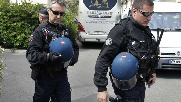 Francuscy policjanci przy autobusie z rosyjskimi kibicami piłkarskimi przed ich deportacją z Francji - Sputnik Polska