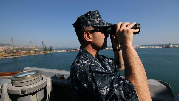 Amerykański wojskowy na pokładzie niszczyciela w porcie Warny podczas wspólnych ćwiczeń wojenno-morskich Rumunii, Bułgaria i USA na Morzu Czarnym  - Sputnik Polska