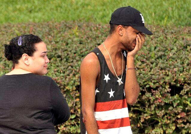 Krewni i przyjaciele pod komisariatem policji w Orlando, stan Floryda