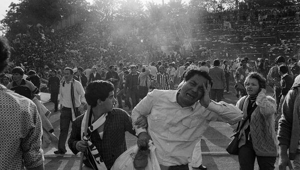 Kibice opuszczają stadion w Brukseli po tragedii 1985 roku - Sputnik Polska