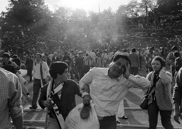 Kibice opuszczają stadion w Brukseli po tragedii 1985 roku