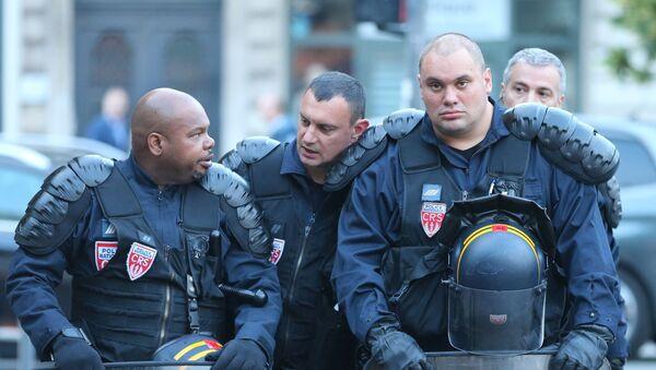 Policjanci na jednej z ulic we francuskim mieście Lille - Sputnik Polska