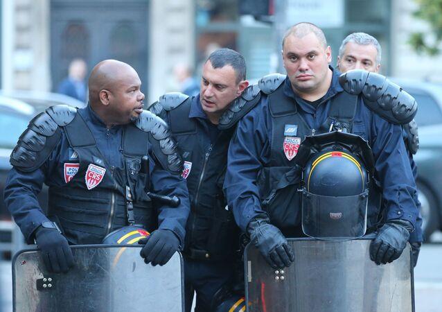 Policjanci na jednej z ulic we francuskim mieście Lille