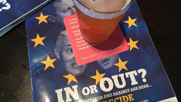 Materiały o tematyce Brexit w pubie w Edinburgu, Szkocja - Sputnik Polska