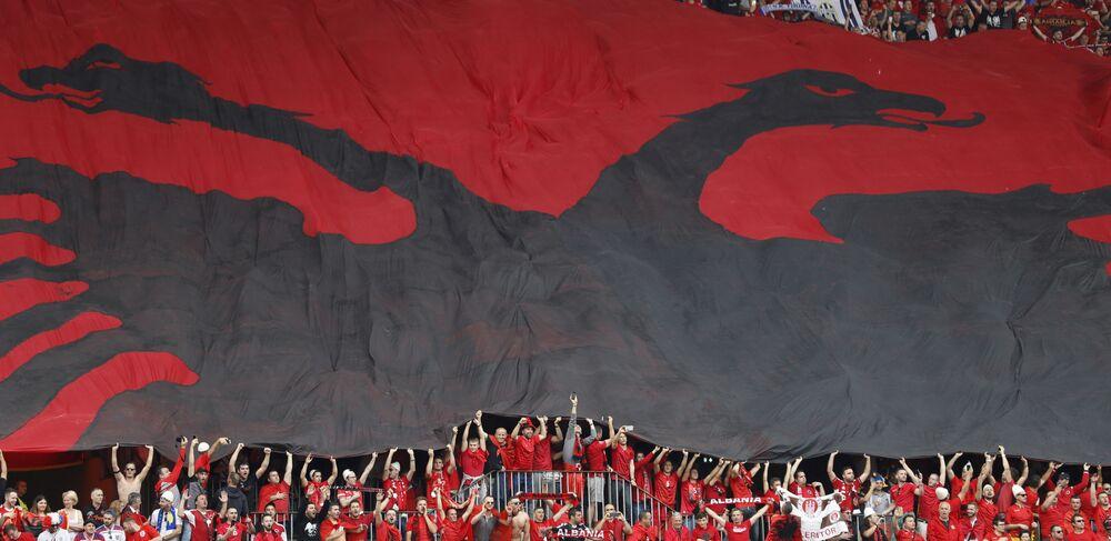 Flaga Albanii na trybunach podczas meczu Albania - Szwajcaria