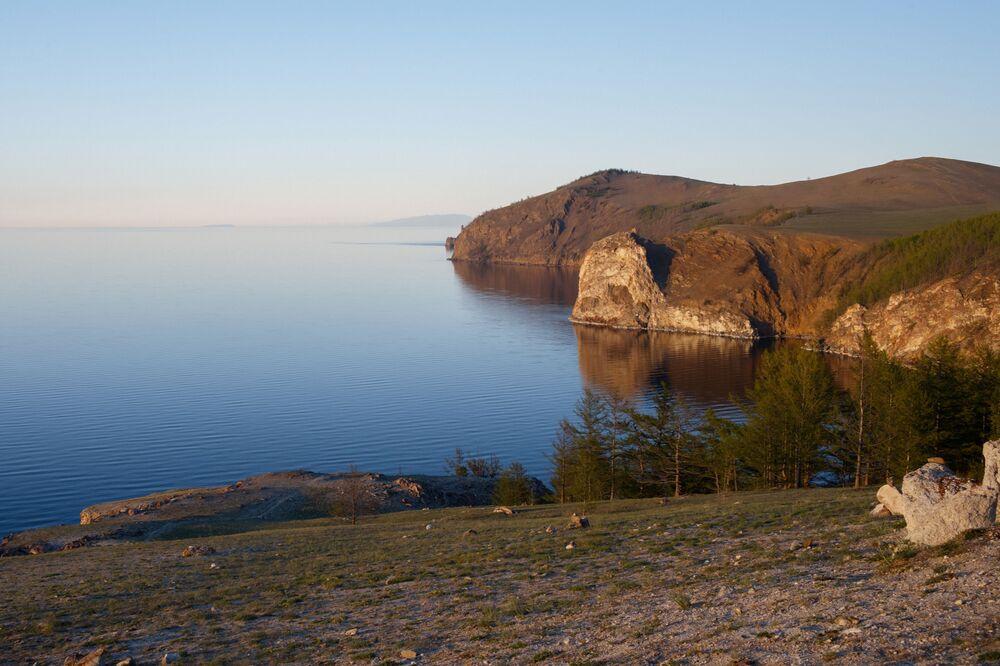 Widok z półwyspu Sagan-Huszun na północny kraj wyspy Olchon położonej na jeziorze Bajkał i na półwysep Święty Nos