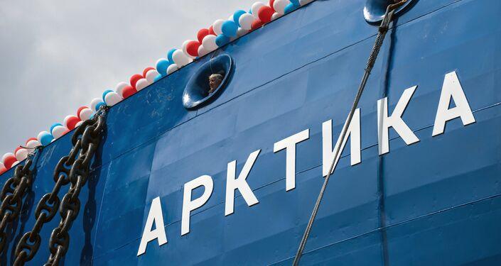 """Budowę lodołamacza """"Arktyka"""" rozpoczęto w listopadzie 2013 roku. Jego długość wynosi 173,3 m, szerokość – 34 m, wyporność - 33,5 tys. ton. Okręt może zabrać na pokład 75 członków załogi. Wyposażono go w reaktor wodny ciśnieniowy o mocy 175 MW. Okręty projektu 22220 mogą przeprowadzać karawany statków w warunkach arktycznych, krusząc lód o grubości 3 metrów."""