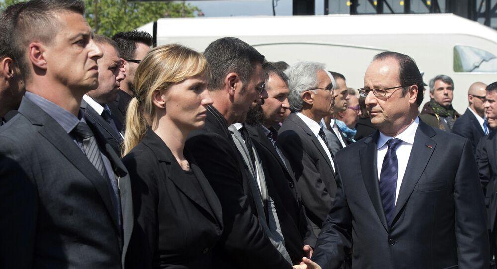 Prezydent Francji Francois Hollande na uroczystości upamiętniającej dwóch zabitych w Yvelines policjantów