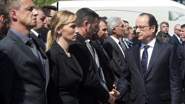 Prezydent Francji Francois Hollande na uroczystości upamiętniającej dwóch zabitych w Yvelines policjantów - Sputnik Polska