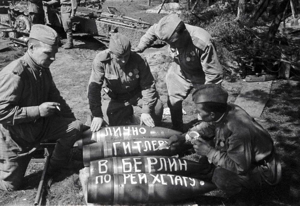 Radzieccy żołnierze przygotowują pociski, które zostaną zrzucone na Berlin.