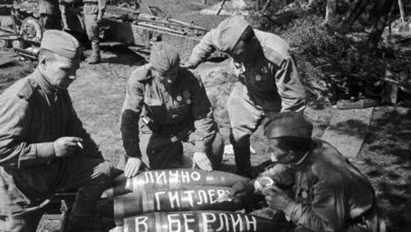 Radzieccy żołnierze przygotowują pociski, które zostaną zrzucone na Berlin. - Sputnik Polska