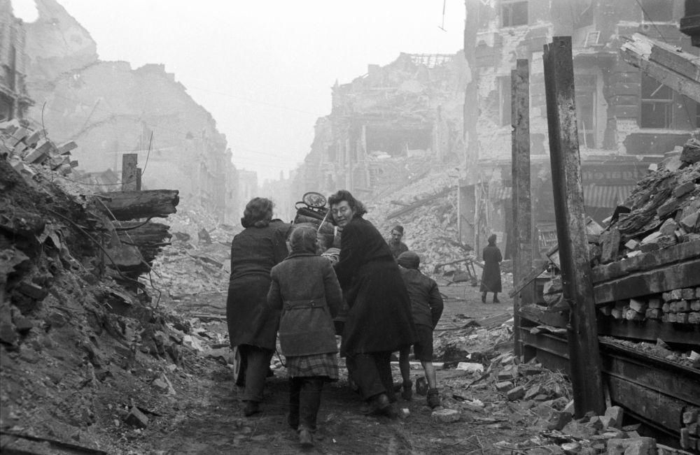 Mieszkańcy Berlina wracają do swoich domów.
