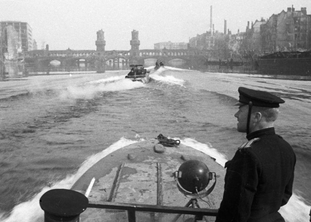 Marynarze z Dnieprzańskiej Flotylli Wojskowej na rzece Sprewa.