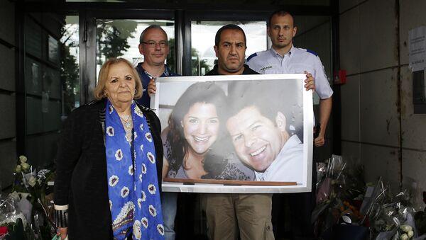 Ludzie z portretami zabitych Jean-Baptiste'a Salvaina i Jessici Schneider - Sputnik Polska