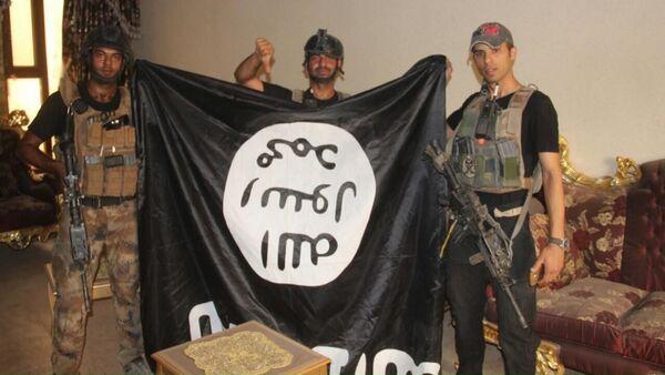 Iraccy żołnierze z flagą PI po wyzwoleniu miasta Al-Falludża - Sputnik Polska