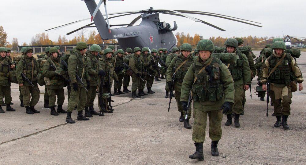 Desantowcy Wojsk Powietrzno-Desantowych przy śmigłowcu Mi-26 podczas ćwiczeń taktycznych Wojsk Powietrzno-Desantowych w obwodzie pskowskim